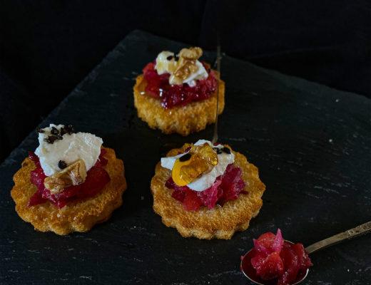 Pflaumen-Zwiebel-Confit auf Buttertoast