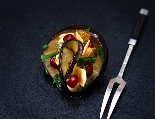 Aubergine mit Mandel-Zwiebel-Creme und Granatapfel